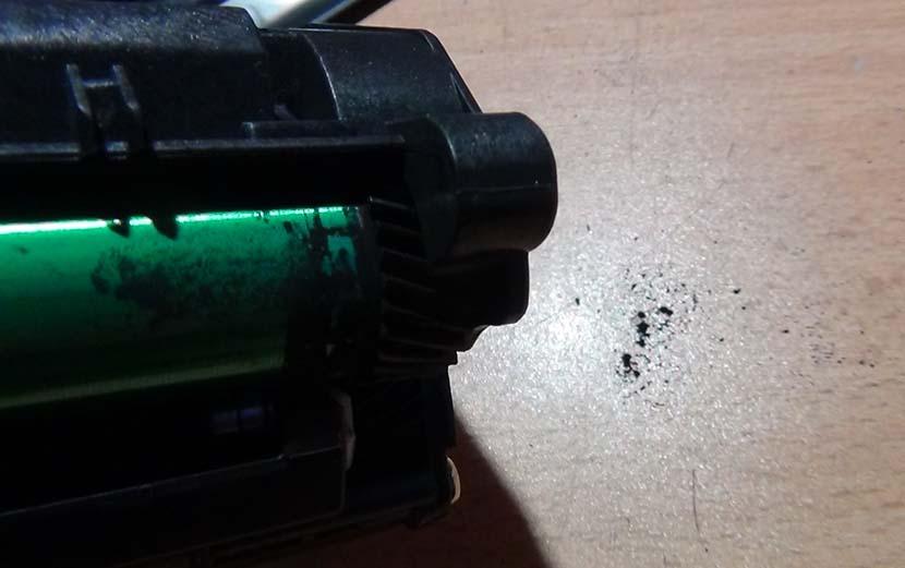 Остатки тонера на фотобарабане и столе